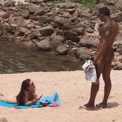 El negro polludo ligando en una playa nudista. Con ese trabuco bien facil que es